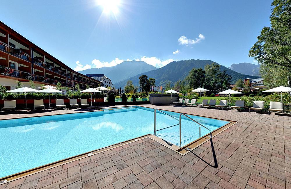 travel-charme-fuerstenhaus-aussenansicht-pool-terrasse-sommeraus-pano1SeminareinTirol