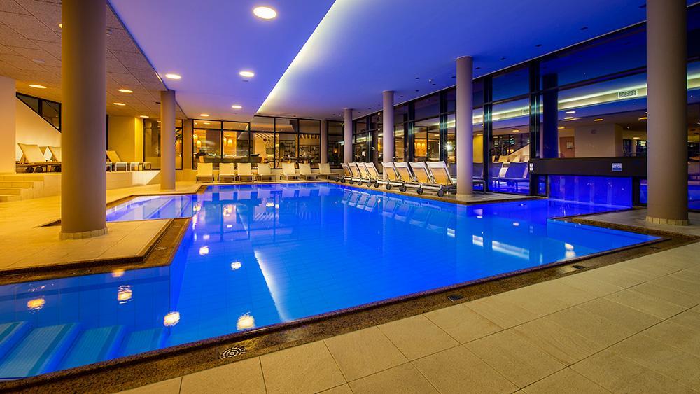 travel-charme-fuerstenhaus-puria-pool-abendSeminareinTirol