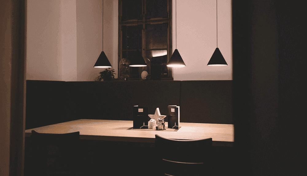 FerdinandCafeBistrobeleuchteterTischWeihnachtsfeierinTirol