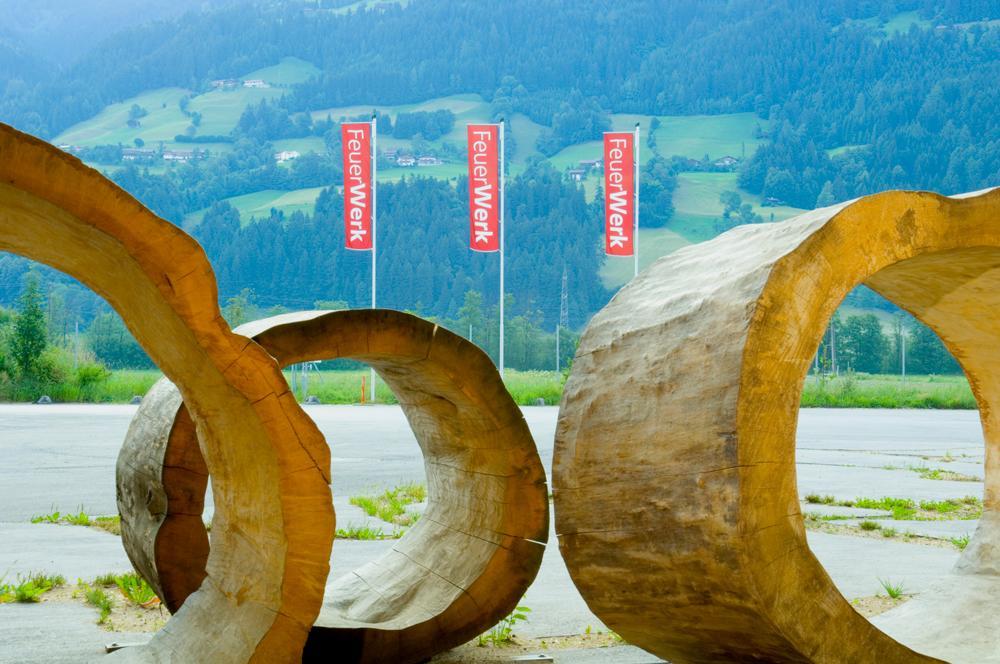 FeuerWerk-HolzerlebnisweltHAKI-Ringe-am-EingangSeminareinTirol--FeuerWerk-Holzerlebniswelt