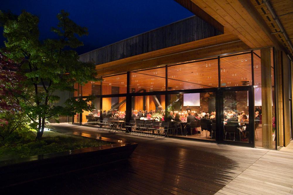 FeuerWerk-HolzerlebnisweltHochzeitsaal-Ansicht-vom-GartenSeminareinTirol--FeuerWerk-Holzerlebniswelt