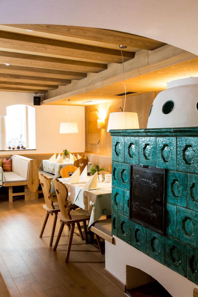 Hotel-und-Wirtshaus-PostDer-Ofen-zaubert-an-kalten-Tagen-ein-gemutliches-Ambiente-in-der-StubeSeminareinTirol--Hotel--Wirtshaus-Post
