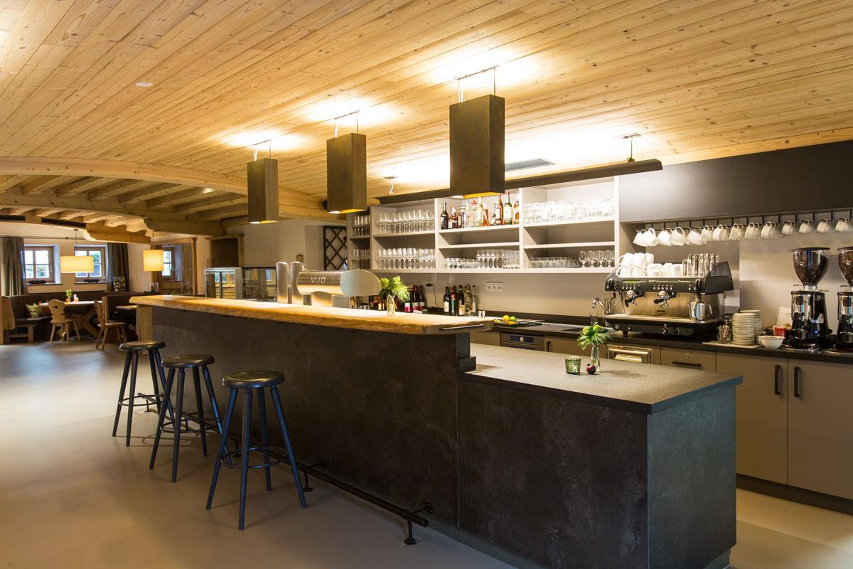Hotel-und-Wirtshaus-PostDie-Bar-ladt-zu-einem-Besuch-einSeminareinTirol--Hotel--Wirtshaus-Post