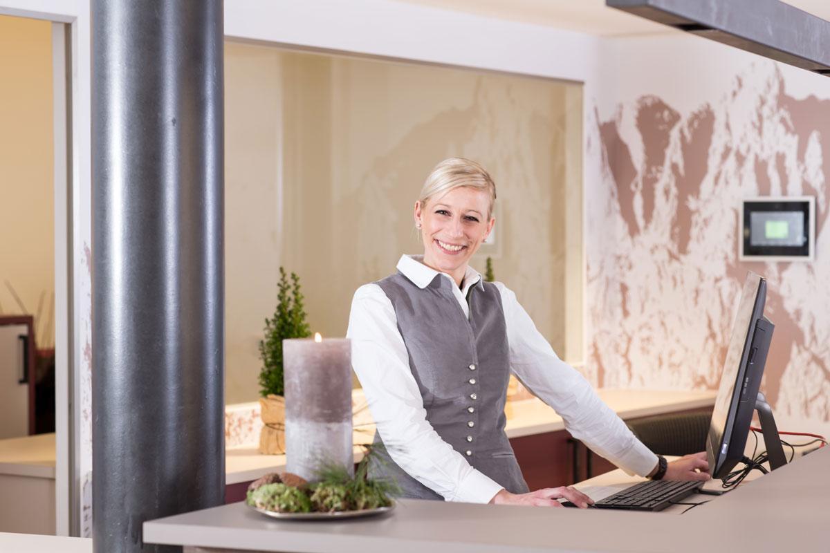 Hotel-und-Wirtshaus-PostEin-freundlicher-Empfang-in-der-LobbySeminareinTirol--Hotel--Wirtshaus-Post