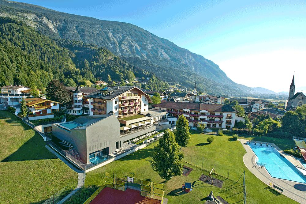 HotelSchwarzbrunnAussenansicht-SommerSeminareinTirolcZanella-Kux-Fotografie