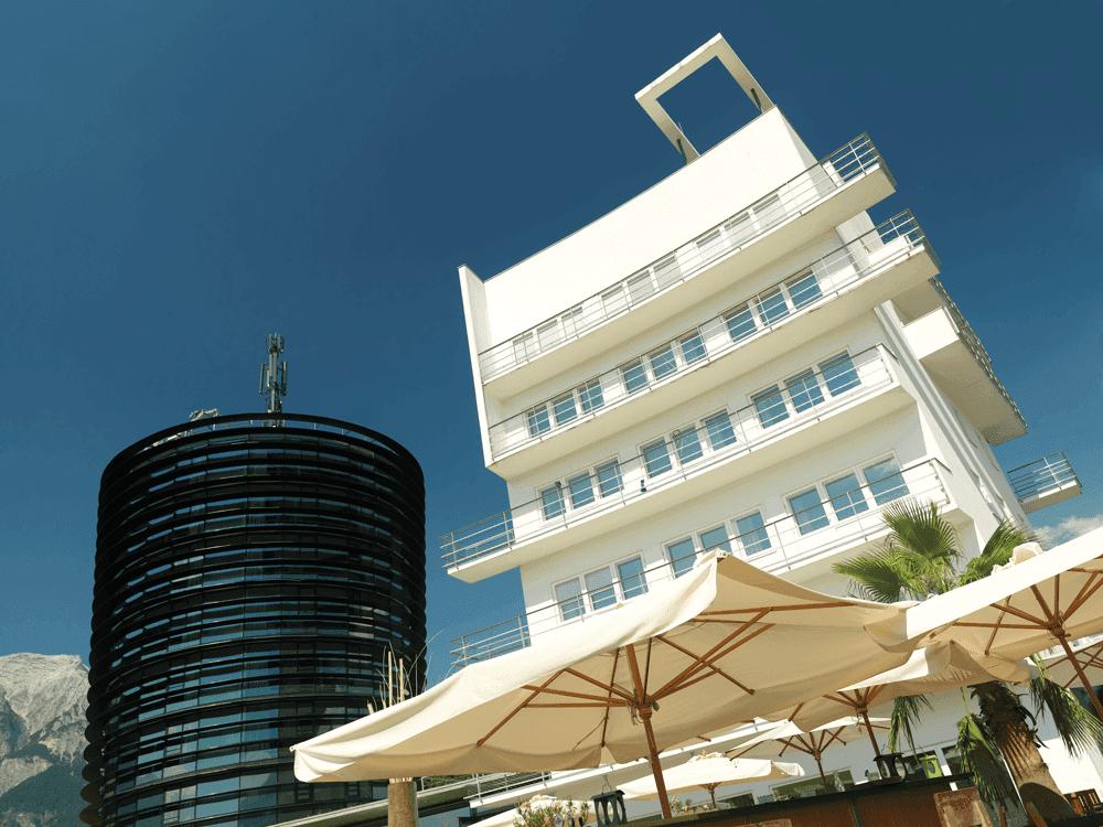 Parkhotel-HallGlasturm-und-Aussenansicht-HotelSeminareinTirol-Parkhotel-Hall--Restaurant-Welzenbacher0