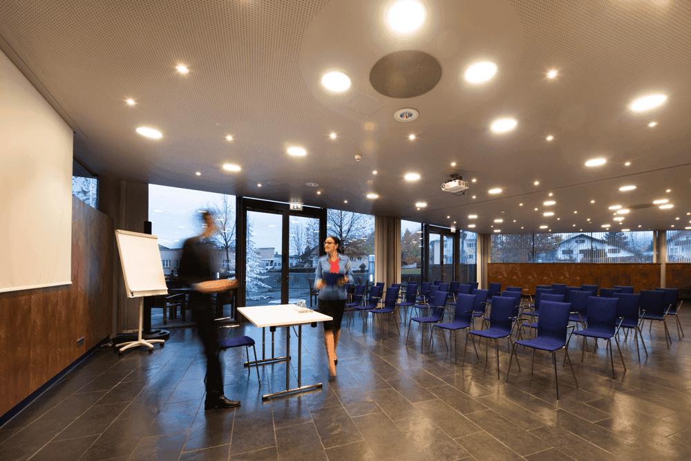 Parkhotel-HallSeminarraum-mit-KinobestuhlungSeminareinTirol--Parkhotel-Hall--Restaurant-Hasibeder-Welzenbacher